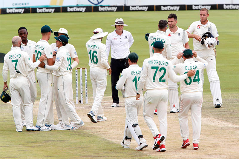 South Africa' Faf du Plessis with England's James Anderson and Stuart Broad as South Africa players celebrate winning the test match. Photo: Reuters