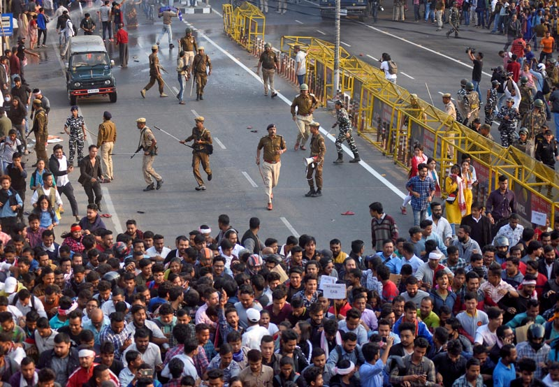 Police chase away demonstrators during a protest against Citizenship Amendment Bill (CAB), that seeks to give citizenship to religious minorities persecuted in neighbouring Muslim countries, in Guwahati, India, December 11, 2019. Photo: Reuters