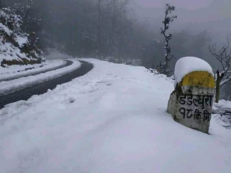 The snow-covered road stretch leading to Dadeldhura district in Sudurpaschim Province. Photo: Tekendra Deuba/THT