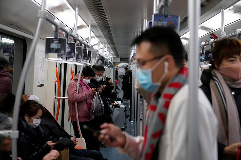 People wearing protective masks are seen on a subway in Shanghai, China January 23, 2020. Photo: Reuters