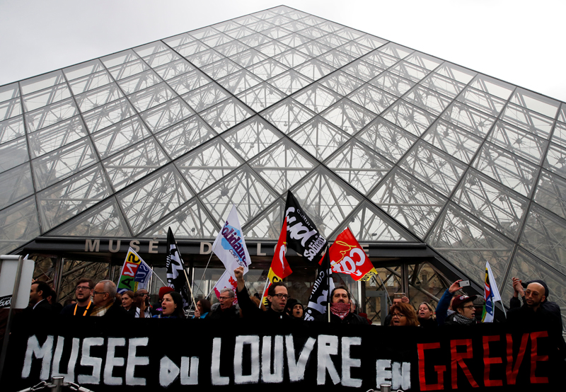 Striking workers block the entry at the glass Pyramid of the Louvre museum in Paris as France faces its 44th consecutive day of strikes January 17, 2020. Photo: Reuters