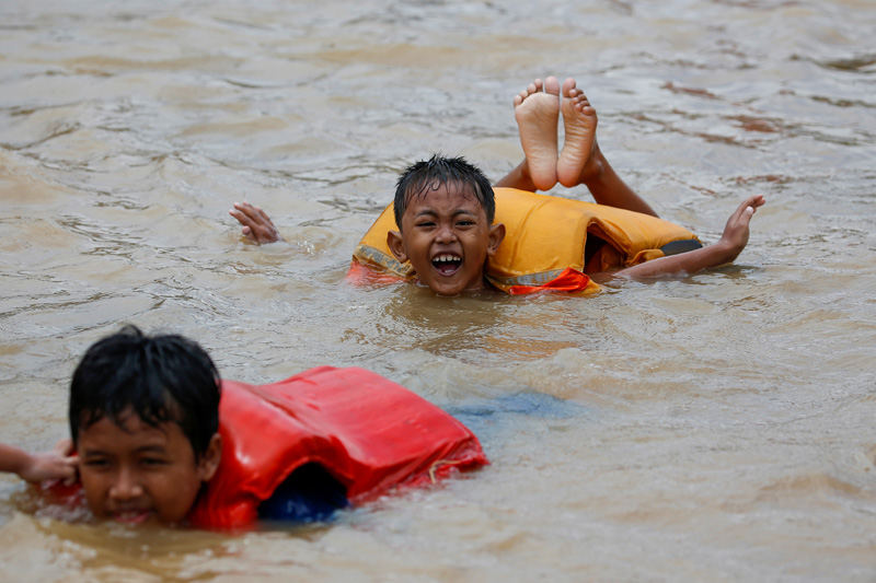 Children play in the floodwaters at the Jatinegara area after heavy rains in Jakarta, Indonesia, January 2, 2020. Photo: Reuters