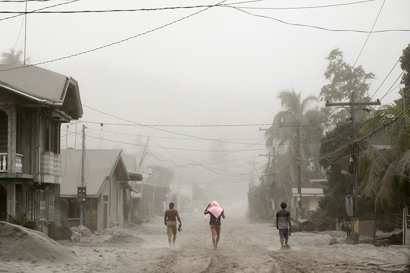 Residents living near the errupting Taal Volcano evacuate in Agoncillo, Batangas City, Philippines, January 13, 2020. Photo: Reuters