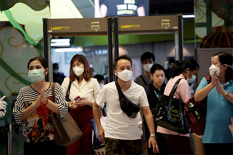 People wearing protective masks are seen in Bangkok, Thailand, February 4, 2020. Photo: Reuters