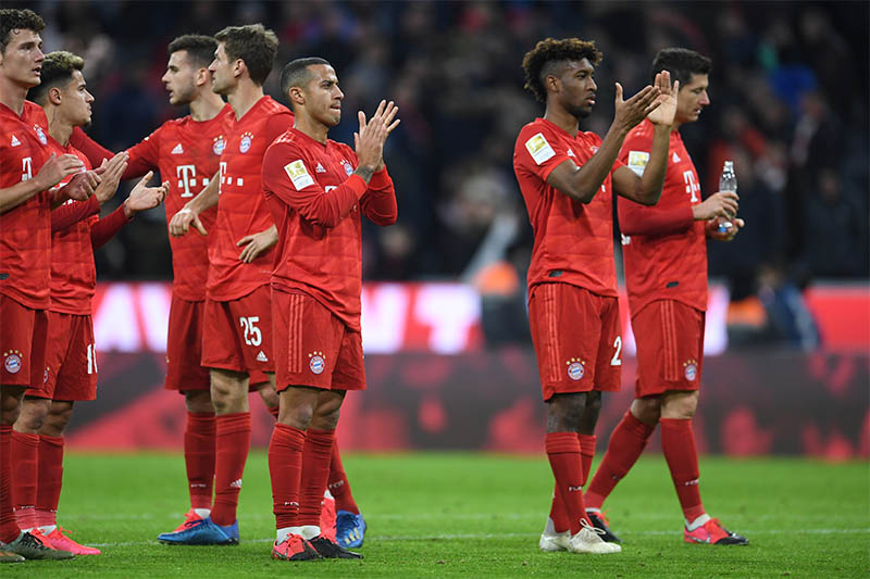 Bayern Munich's Thiago and teammates applaud the fans after the match. Photo: Reuters