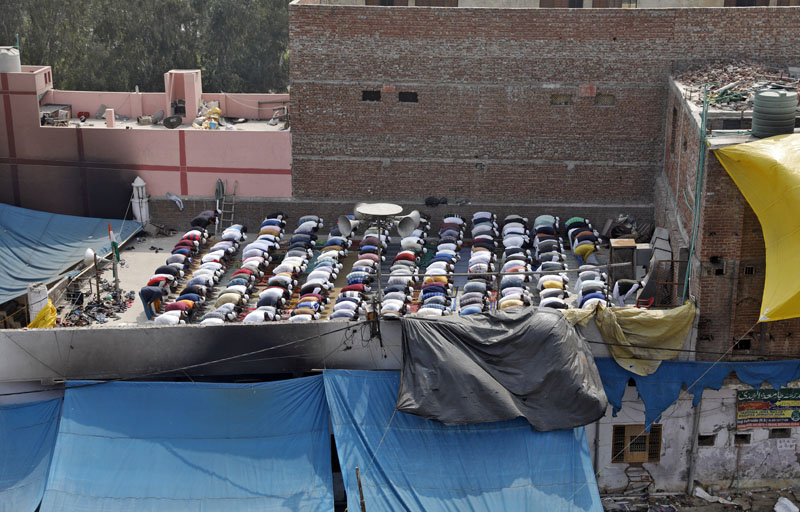 Muslims offer Friday prayers in a riot affected area following clashes between people demonstrating for and against a new citizenship law in New Delhi, India, February 28, 2020. Photo: Reuters