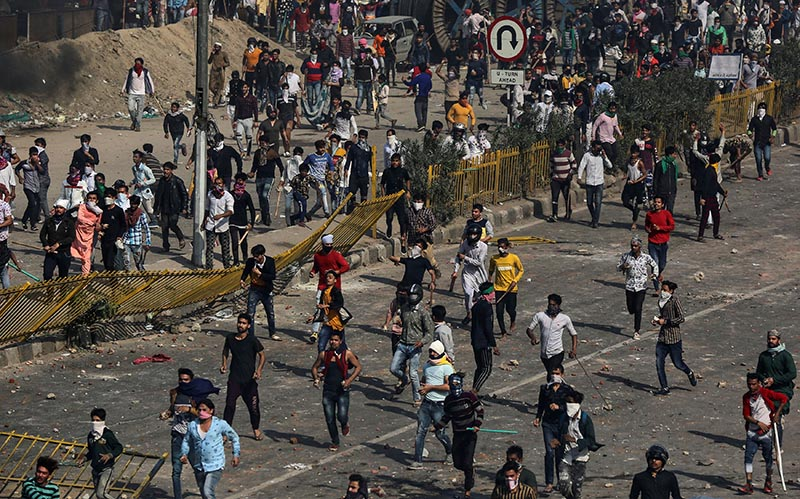 People supporting a new citizenship law and those opposing the law, clash during a protest in New Delhi India, February 24, 2020. Photo: Reuters