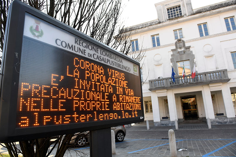 A sign warning people to stay at home is seen in the town of Casalpusterlengo amid a coronavirus outbreak in northern Italy, February 22, 2020. Photo: Reuters