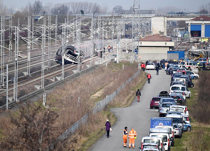 Emergency personnel work after a high speed train travelling from Milan to Bologna derailed killing at least two people near Lodi, Italy, February 6, 2020. Photo: Reuters