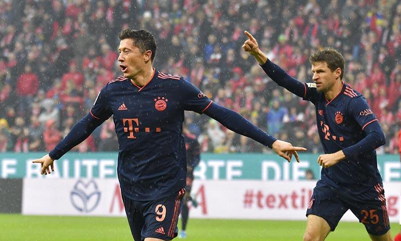 Munich's scorer Robert Lewandowski and his teammate Thomas Mueller celebrate the opening goal  during the German Bundesliga soccer match between FSV Mainz 05 and FC Bayern Munich in Mainz, Germany, Saturday, February 1, 2020. Photo: AP