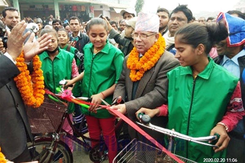 Senior Nepal Communist Party (NCP) leader Madhav Kumar Nepal inaugurating women cycling race, in Gaur, Rautahat, on Thursday, February 20, 2020. Photo: THT