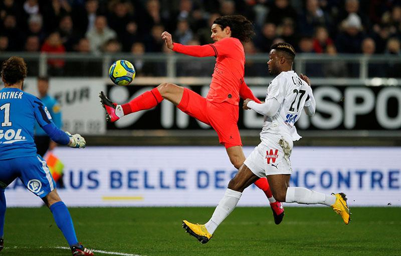 Paris St Germain's Edinson Cavani in action with Amiens' Aurelien Chedjou during the Ligue 1 match between Amiens and Paris St Germain, on Stade de la Licorne, in Amiens, France, on February 15, 2020. Photo: Reuters