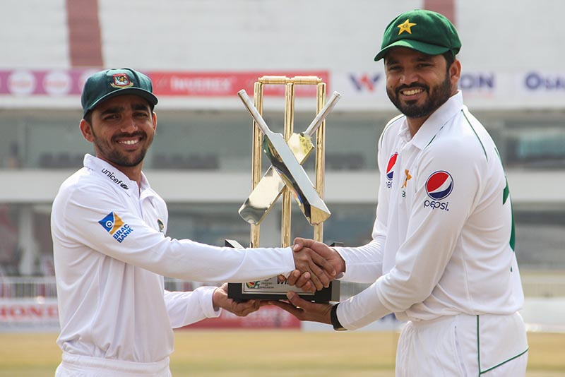 The cricket team captains Bangladesh's Mominul Haque and Pakistan's Azhar ALi pose with Test series trophy, during an unveiling ceremony at the Rawalpindi Cricket Stadium in Rawalpindi, Pakistan February 6, 2020. Photo: Reuters