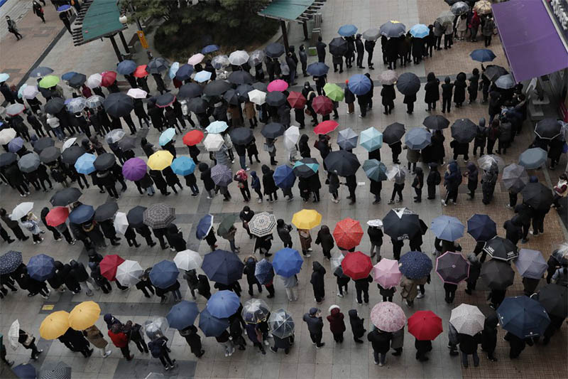 People wearing masks line up to buy face masks to protect themselves from the coronavirus outside a department store in Seoul, South Korea, Friday, Feb. 28, 2020. Photo: AP