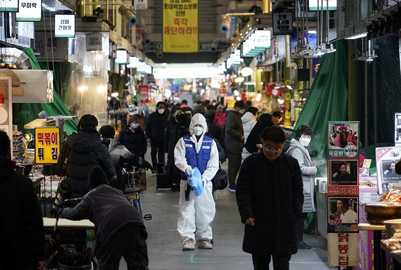 An employee from a disinfection service company sanitizes the floor of a traditional market in Seoul, South Korea, February 24, 2020. Photo: Reuters
