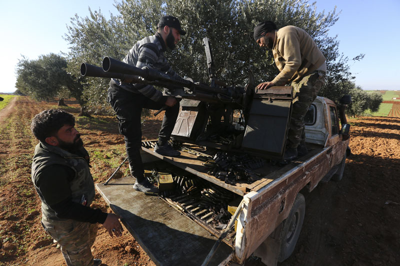 Turkish backed Syrian fighters load ammunition at a frontline near the town of Saraqib in Idlib province, Syria, Wednesday, Feb 26, 2020. Photo:b AP