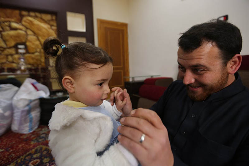 In this Sunday, Feb. 23, 2020 photo, Abdullah Mohammed plays with his daughter, three-year-old Salwa inside a house he recently fled to, near the Syrian-Turkish border, in Sarmada, Syria. Photo: AP