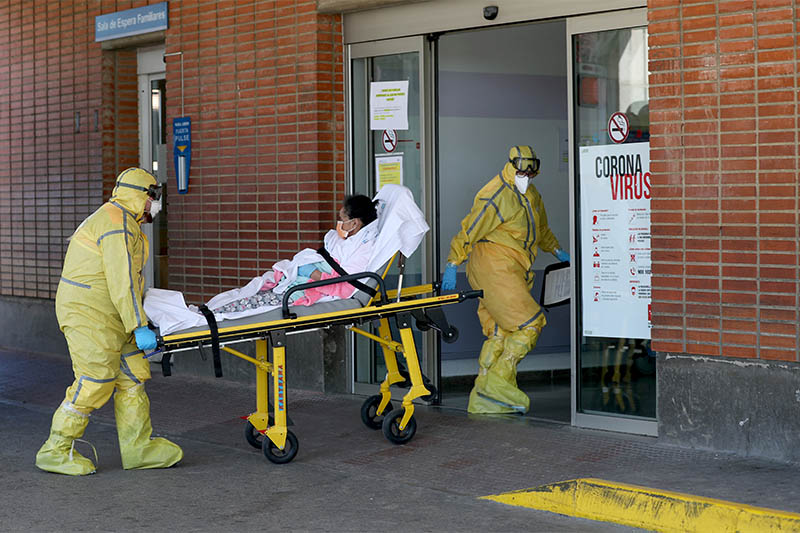 Ambulance workers in full protective gear arrive with a patient at the Severo Ochoa Hospital during the coronavirus disease (COVID-19) outbreak in Leganes, Spain, March 26, 2020. Photo: Reuters