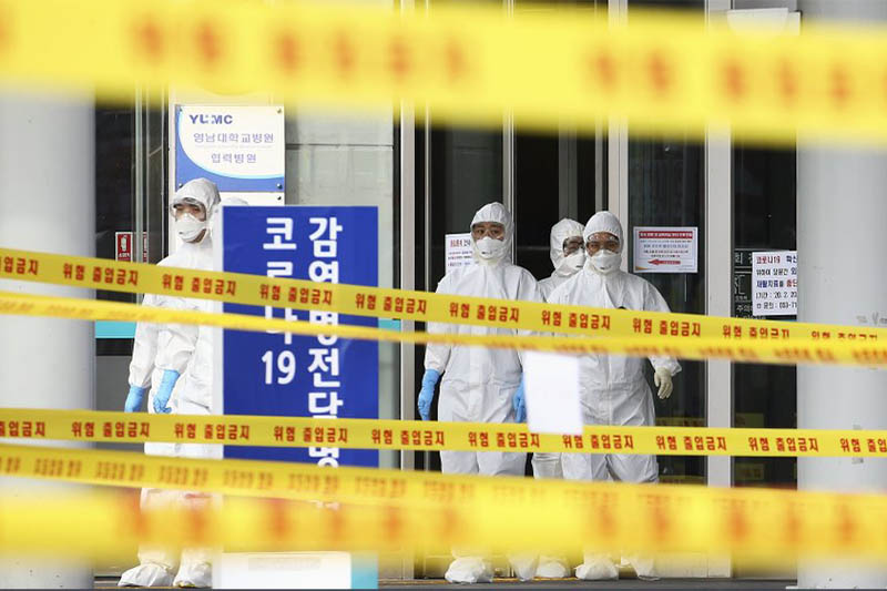Medical staff wearing protective suits outside a hospital in Daegu, South Korea, Sunday, March 1, 2020. Photo: AP