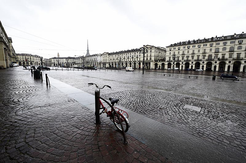 A bicycle parked in Vittorio Veneto square is seen in Turin usually full of tourists as a coronavirus outbreak continues to grow in Italy, in Turin, Italy, March 2, 2020. Photo: Reuters