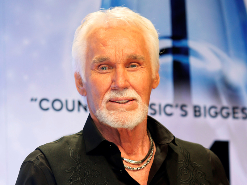 Kenny Rogers poses backstage after accepting the Willie Nelson Lifetime Achievement award at the 47th Country Music Association Awards in Nashville, Tennessee, US, November 6, 2013.     Photo: Reuters/File