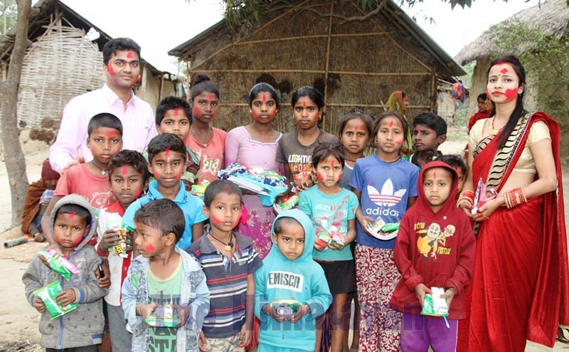 Maithili singer Anju Yadav and her husband posing for a group photo after celebrating Holi with Dom children in Rajgadh Rural Municipality-5, Saptari, on Sunday, March 8, 2020. Photo: THT