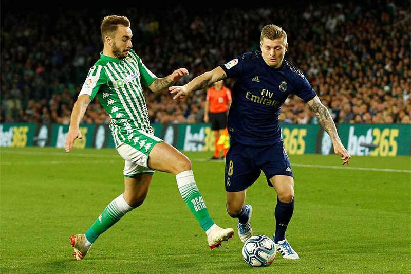 Real Madrid's Toni Kroos in action with Real Betis' Loren. Photo: Reuters