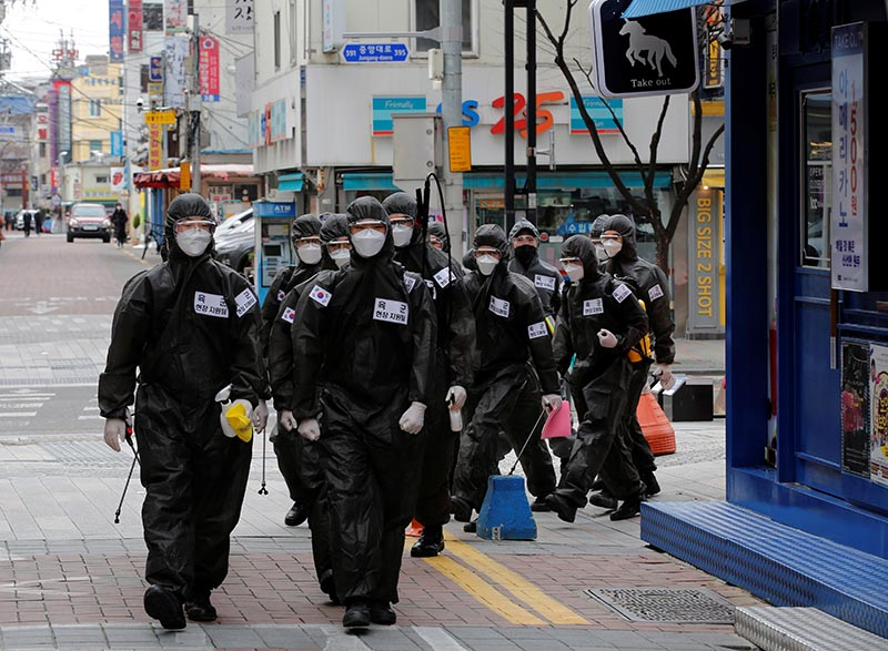 South Korean soldiers in protective gear make their way while they disinfect buildings downtown, following the rise in confirmed cases of coronavirus disease (COVID-19) in Daegu, South Korea, March 15, 2020. Photo: Reuters