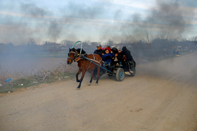 Migrants travel on a horse carriage near the Turkey's Pazarkule border crossing in Edirne, Turkey March 6, 2020. Photo: Reuters