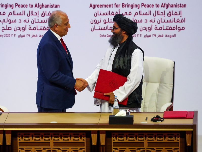 Mullah Abdul Ghani Baradar, the leader of the Taliban delegation, and Zalmay Khalilzad, US envoy for peace in Afghanistan, shake hands after signing an agreement at a ceremony between members of Afghanistan's Taliban and the US in Doha, Qatar, February 29, 2020. Photo: Reuters/File