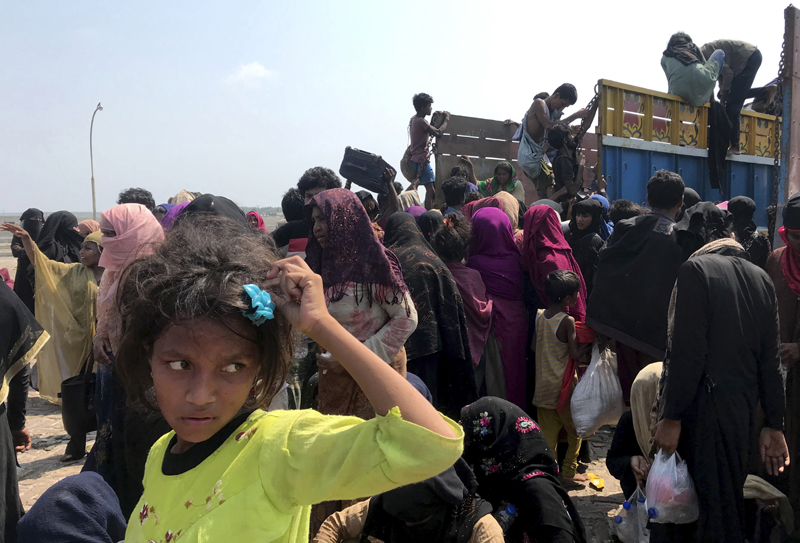 Rohingya refugees gather after being rescued in Teknaf near Cox's Bazar, Bangladesh, Thursday, April 16, 2020. Photo: AP