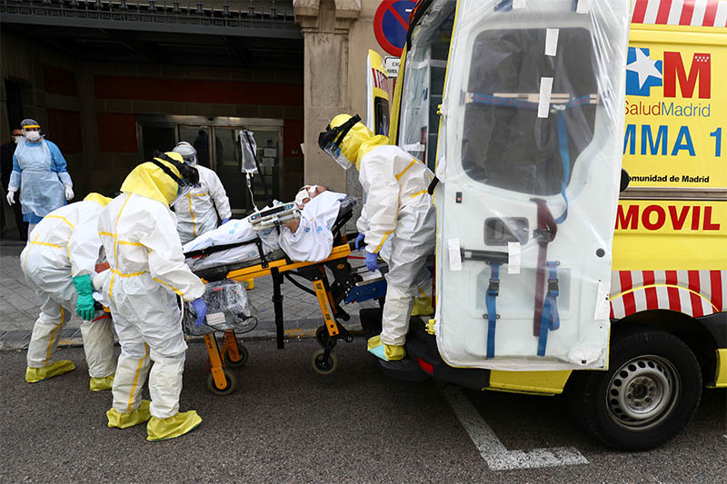 Members of Madrid's Emergency Service (SUMMA) wearing protective equipment transfer a patient suffering from coronavirus disease (COVID-19) to another hospital amid the coronavirus disease outbreak in Madrid, Spain, April 20, 2020. Photo: Reuters