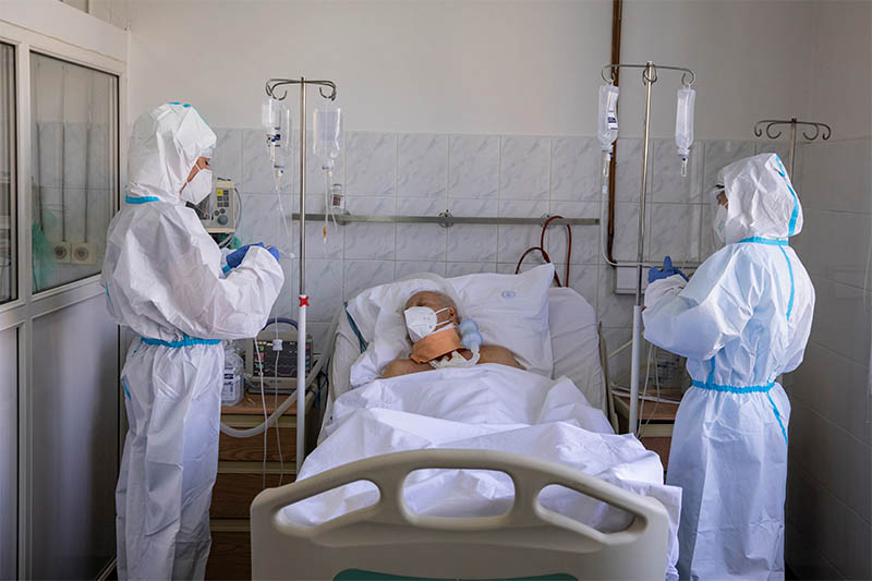Medical workers treat patients who are suspected of having coronavirus disease (COVID-19) at the ER of the Clinical Center of Serbiain Belgrade, Serbia, April 23, 2020. Photo: Reuters
