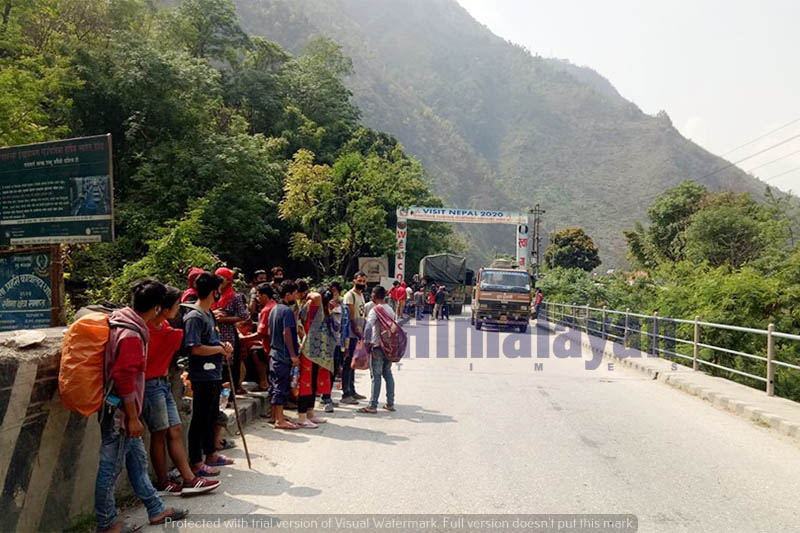 People heading to various districts stranded at Mauwakhola in Dhading district, on Thursday, April 16, 2020. Photo: Keshav Adhikari/THT