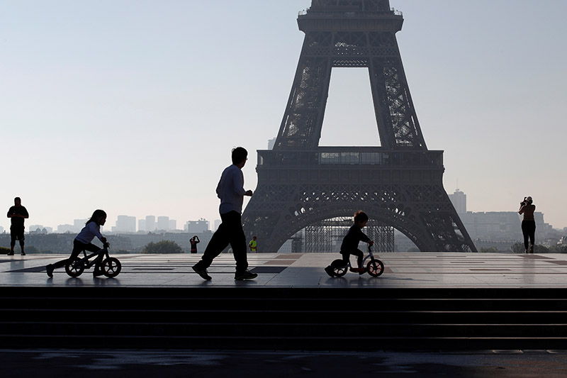 People exercise at Trocadero square as a lockdown is imposed to slow the rate of the coronavirus disease (COVID-19) in Paris, France, April 26, 2020. Photo: Reuters
