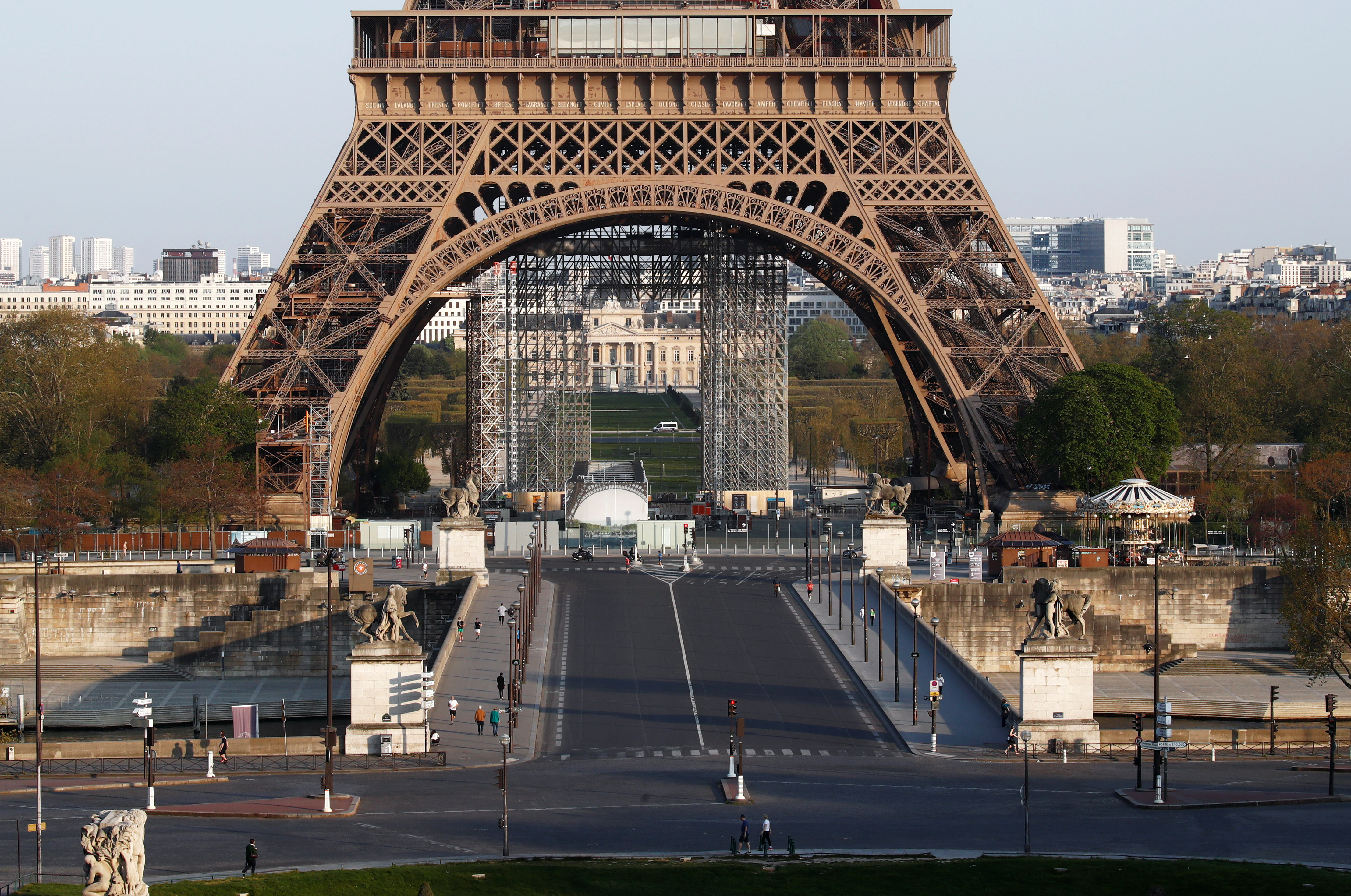 A view shows the deserted Iena Bridge near the Eiffel Tower in Paris, during a lockdown imposed to slow the spread of the coronavirus disease (COVID-19) in France, April 8, 2020. Photo: Reuters
