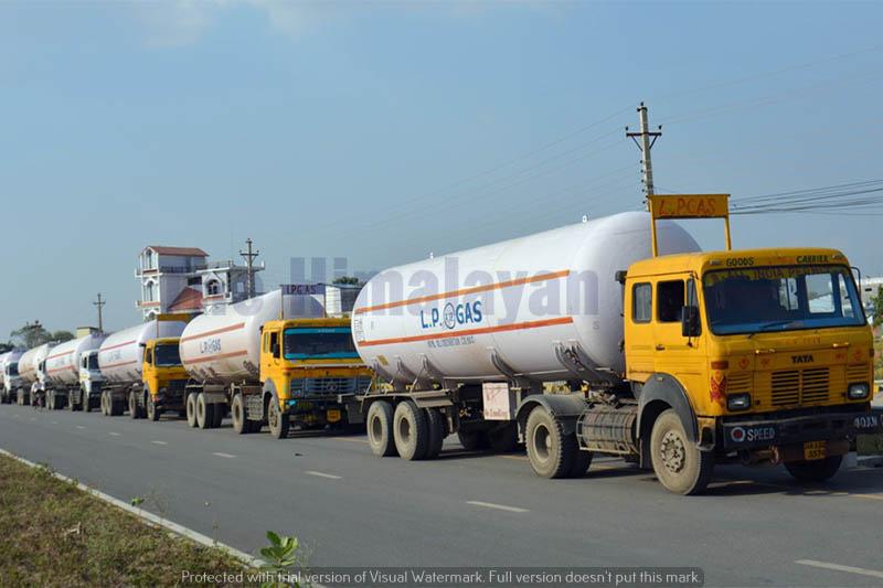 LPG gas bullets entering Nepal via Sunauli border in Rupandehi district, on Sunday, April 19, 2020. Photo: Krishna Prasad Dhakal/THT