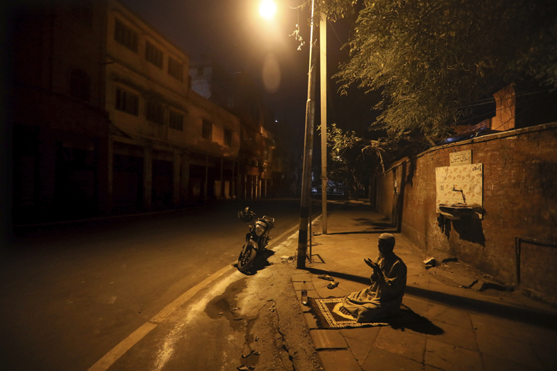 A Muslim man prays on a street outside Jama Masjid on the first day of Ramadan during a nationwide lockdown to control the spread of coronavirus, in New Delhi, India, Saturday, April 25, 2020. Photo: AP/File
