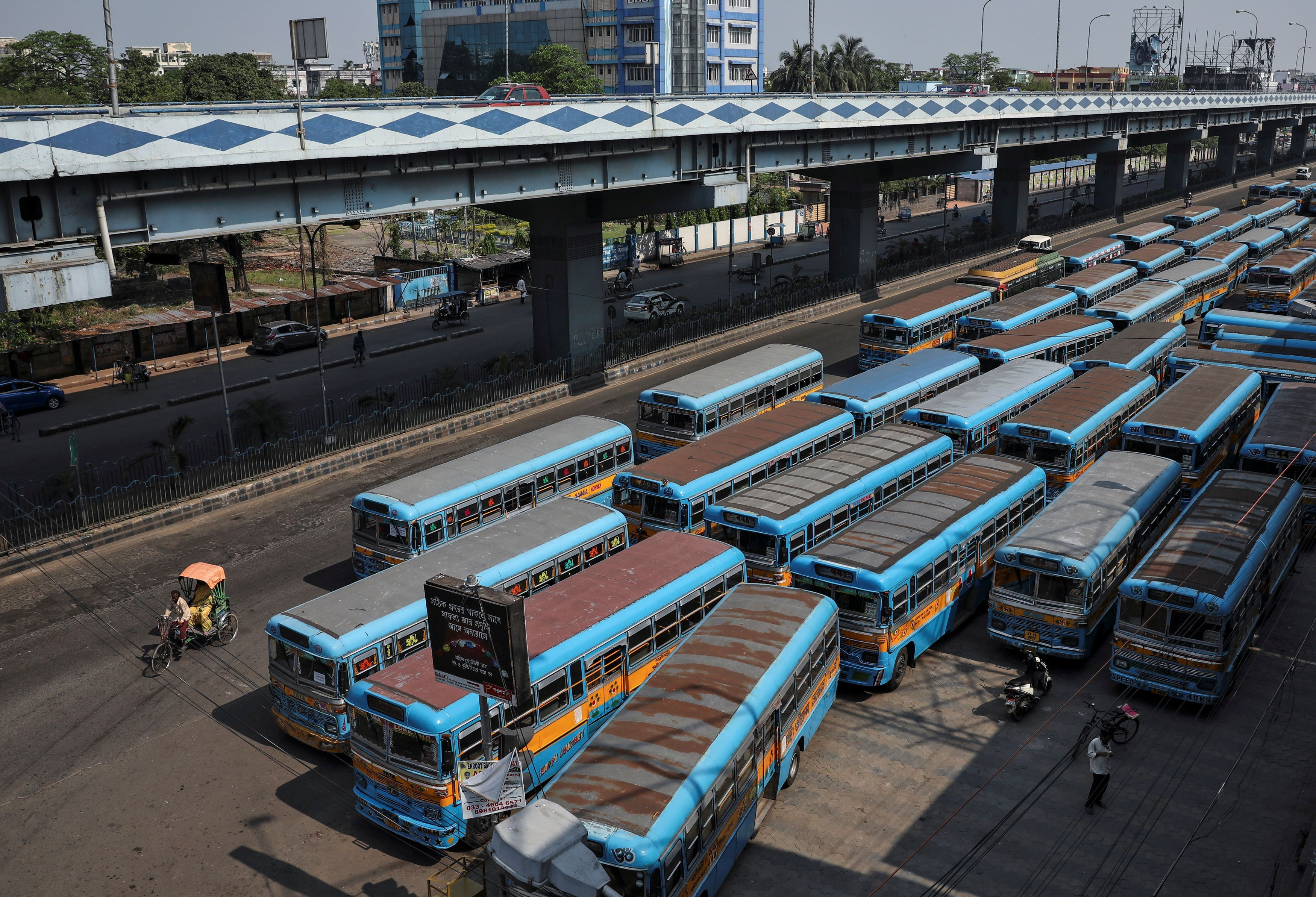 Passenger buses are parked on a road during a 21-day nationwide lockdown to slow the spreading of the coronavirus disease (COVID-19), in Kolkata, India, on April 2, 2020. Photo: Reuters