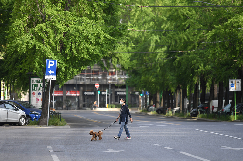 A woman walks her dog, amid the coronavirus disease (COVID-19) outbreak, in Milan, Italy, on April 18, 2020. Photo: Reuters
