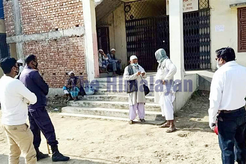 Police detain members of the Muslim community, who were returning home after taking part in a religious congregation in New Delhi, while crossing border amid lockdown in Bara district, on Thursday, April 02, 2020. Photo: Ram Sarraf/THT