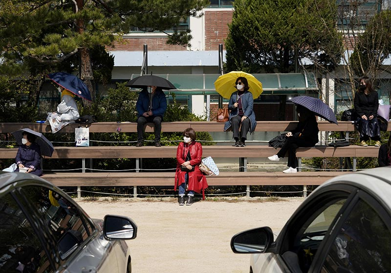 South Korean Christians practice social distancing while attending a drive-in worship service following the outbreak of the coronavirus disease (COVID-19) in Seoul, South Korea, April 5, 2020. Photo: Reuters