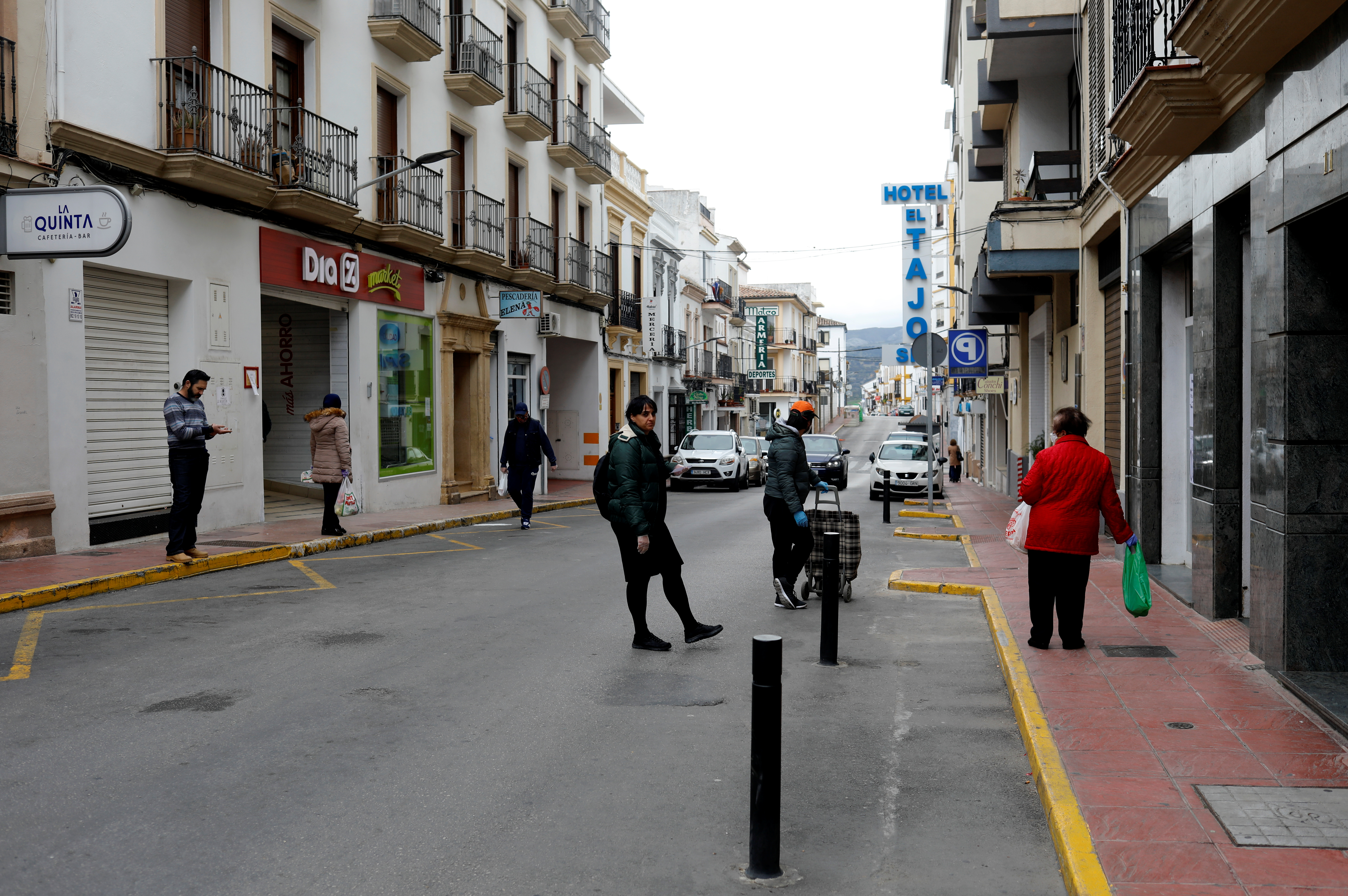 People wait to buy food outside a supermarket and a greengrocer's, during the coronavirus disease (COVID-19) outbreak, in Ronda, southern Spain April 4, 2020. Photo: Reuters