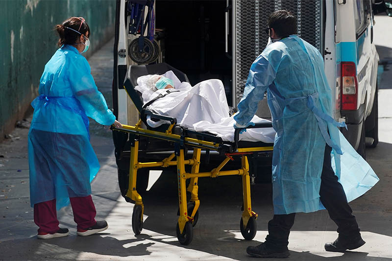 Ambulance workers push a stretcher with a patient at a nursing home during the coronavirus disease (COVID-19) outbreak in Leganes Madrid, near Madrid, Spain, April 2, 2020. Photo: Reuters