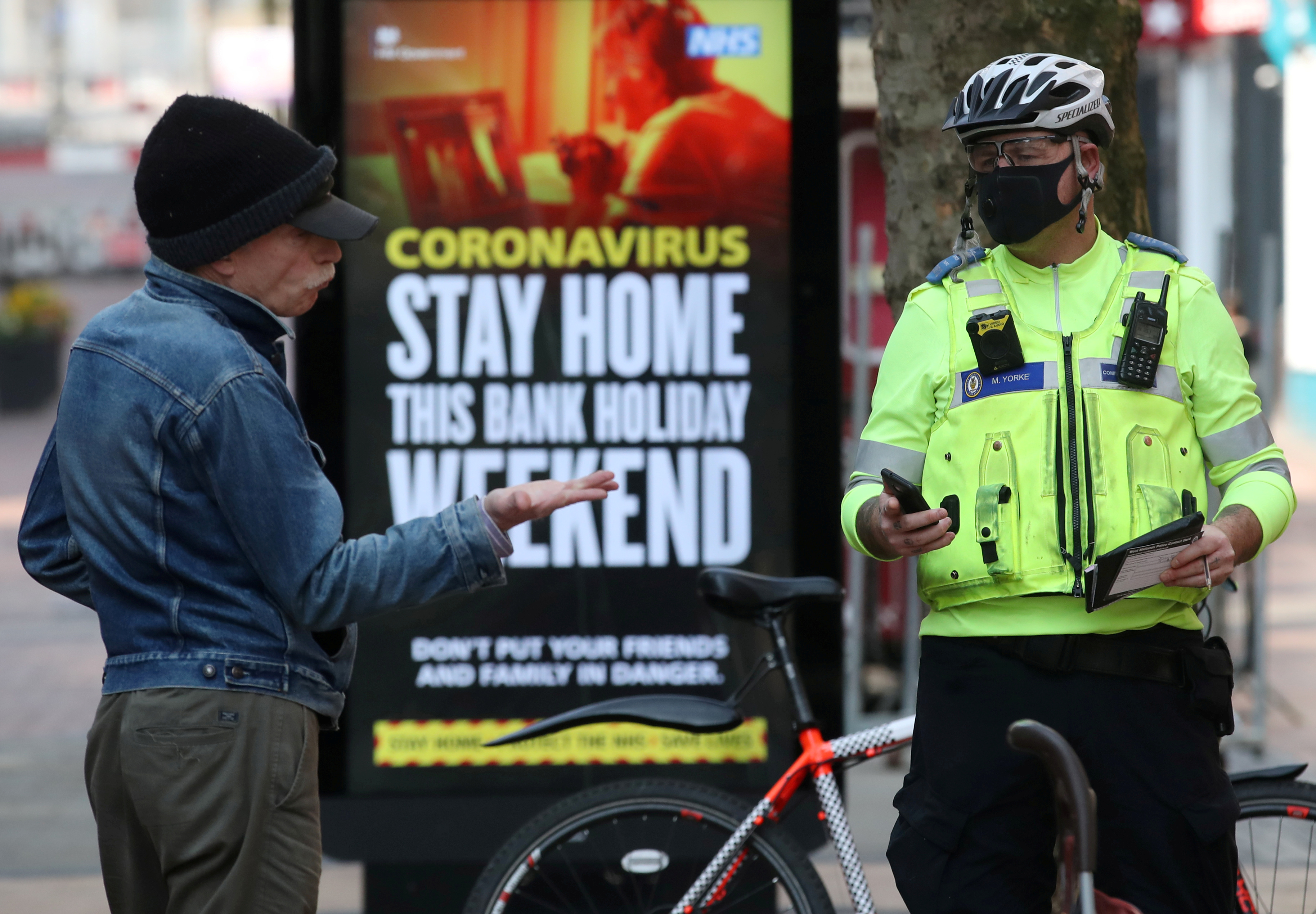 A police officer wearing a protective face mask tells a person to leave New Street, Birmingham as the spread of the coronavirus disease (COVID-19) continues, in Birmingham, Britain, on April 9, 2020. Photo: Reuters