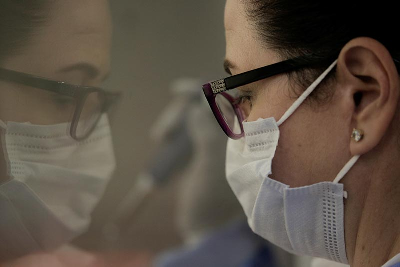 Microbiologist Milagros Sola processes coronavirus disease (COVID-19) tests in a lab at Madigan Army Medical Center at Joint Base Lewis-McChord, Washington, US April 14, 2020. Photo: Reuters