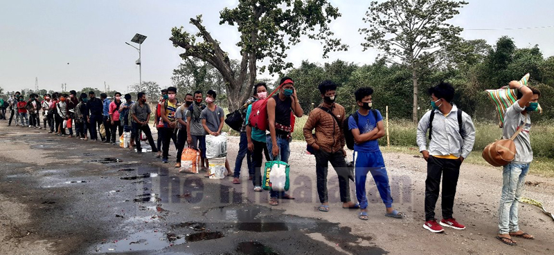 People returning from India line up at the border point, in Birgunj, on Wednesday, May 27, 2020. Photo: Ram Sarraf/THT
