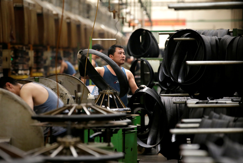 An employee works on the production line of a tyre factory under Tianjin Wanda Tyre Group, which exports its products to countries such as U.S. and Japan, in Xingtai, Hebei province, China May 21, 2019. Photo: Reuters/File