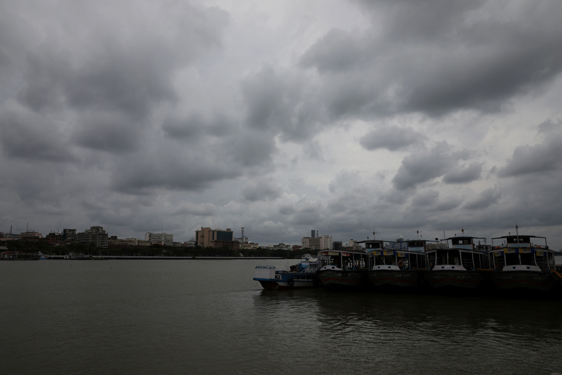 Clouds cover the skies over the river Ganges ahead of Cyclone Amphan, in Kolkata, India, May 19, 2020. Photo: Reuters