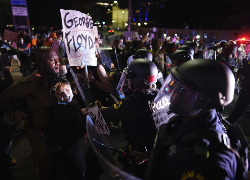 Protesters clash with Dallas police at Griffin and Young on Friday, May 29, 2020, in Dallas. Photo: Smiley N. Pool/The Dallas Morning News via AP
